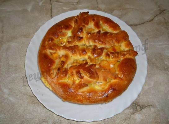 перекладываем готовый пирог на блюдо
