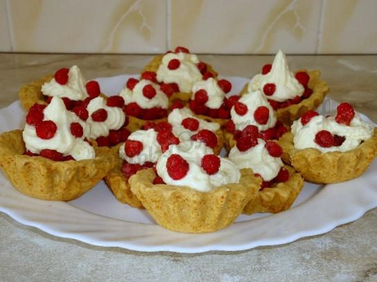 пирожные корзиночки с кремом и ягодами
