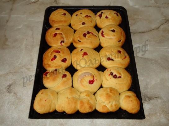 выпекаем сдобные булочки со свежей клюквой