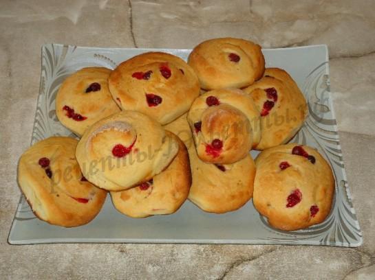 выкладываем булочки на блюдо