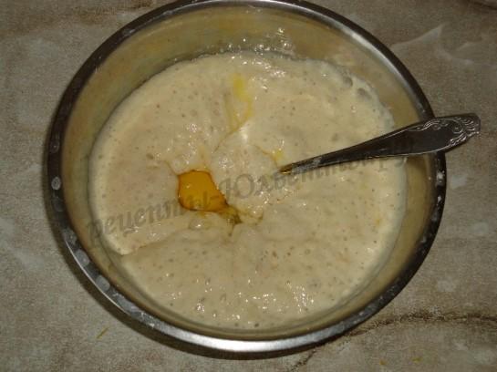 добавляем в тесто яйцо и масло
