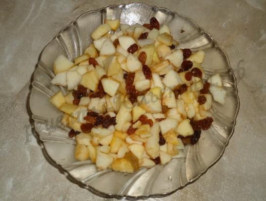 очищаем и мелко режем яблоки,смешиваем с изюмом