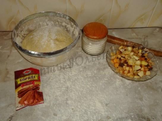 подготовим тесто и начинку для ленивых пирожков с яблоками