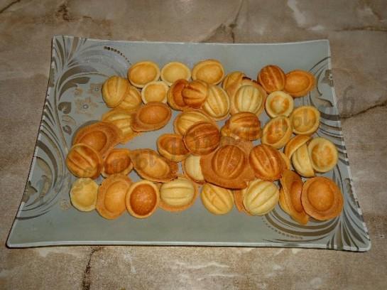 высыпаем половинки орешков на тарелку