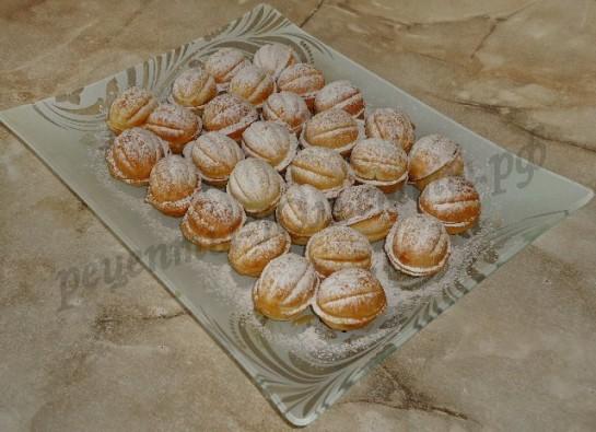 посыпаем печенье сахарной пудрой