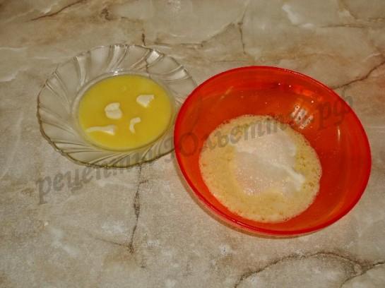 добавляем сметану, соду, растопленное масло