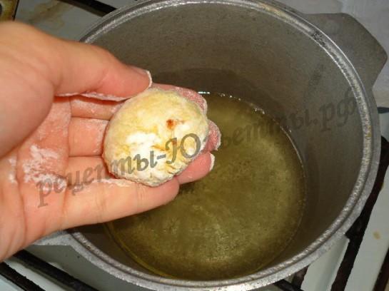 опускаем пончики в горячее масло
