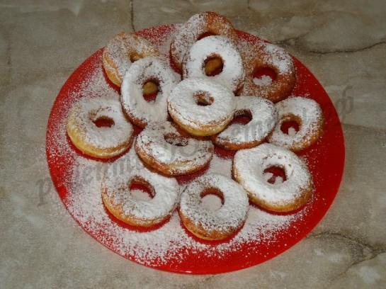 посыпаем пышки сахарной пудрой