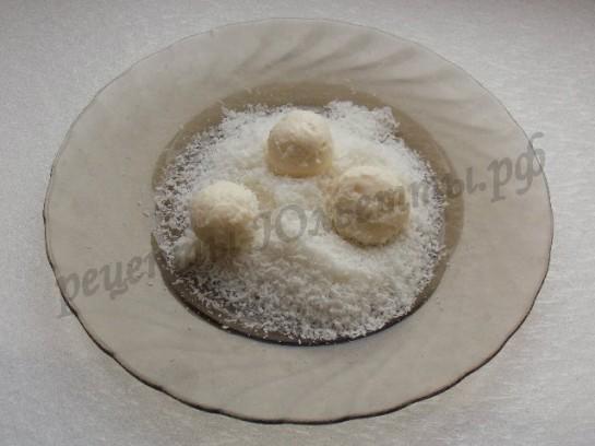 обкатываем творожные шарики в кокосовой стружке