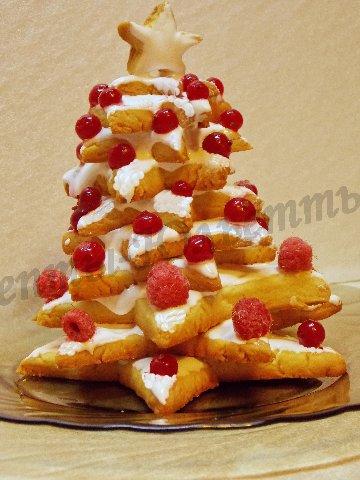 наряжаем тортик ёлку ягодами