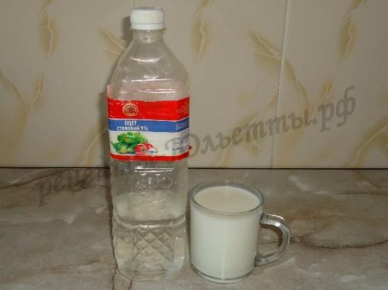 вливаем уксус в молоко