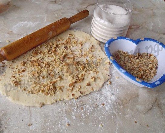 раскатываем тесто и посыпаем сахаром и орехами