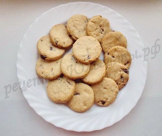 выкладываем готовое печенье на блюдо
