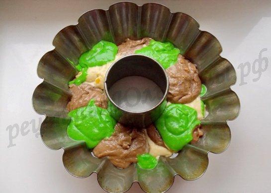 выкладываем тесто в форму чередуя цвета