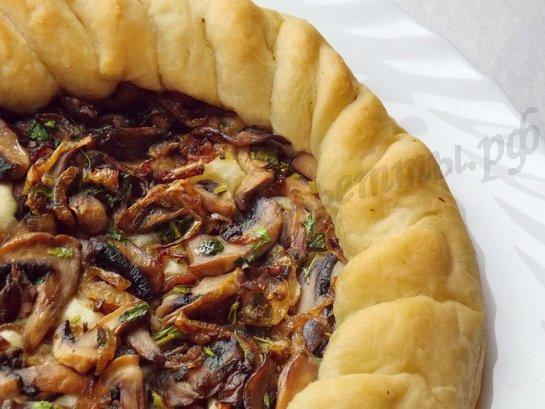 домашняя пицца с грибами готова
