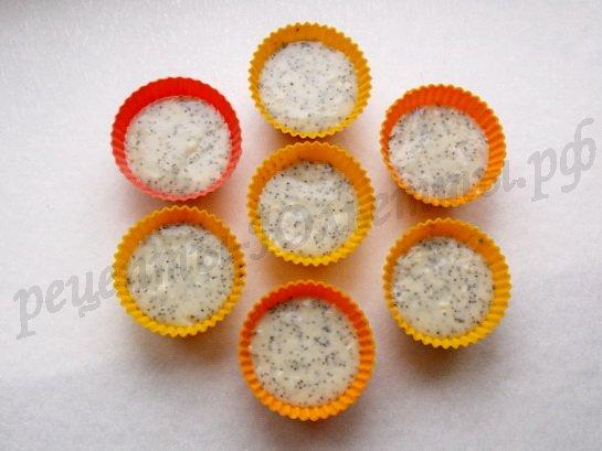 раскладываем тесто по формочкам для кексов