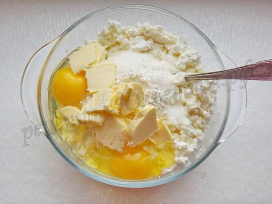 разминаем творог, яйца, сахар, масло