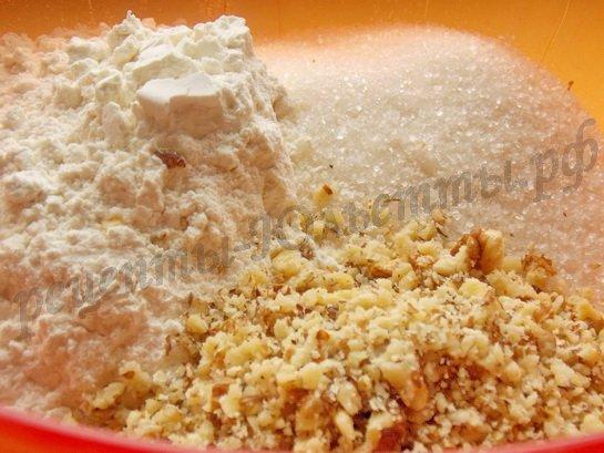 смешиваем муку, сахар, ореховую крошку