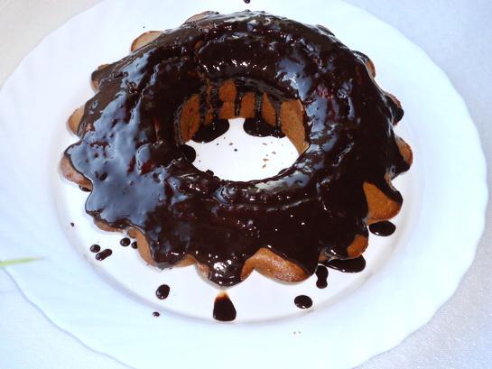 поливаем кекс шоколадной глазурью