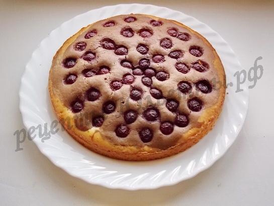 готовый бисквит с вишней перекладываем на блюдо