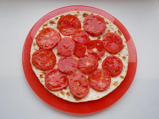 на основу для пиццы выложим кружки помидора