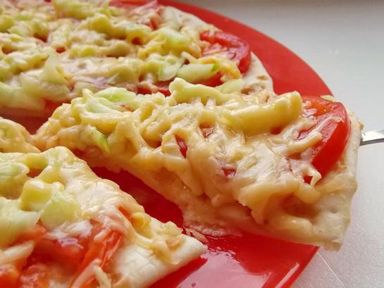 пицца с помидорами и огурцами готова!