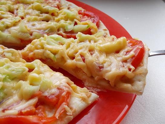 пицца с помидорами, сыром и огурцами