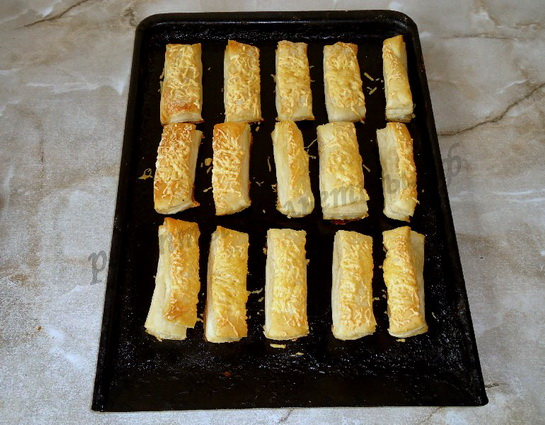 печем сырные палочки