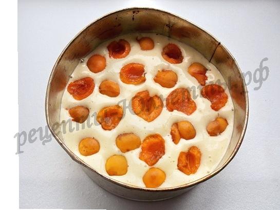выкладываем на тесто абрикосы