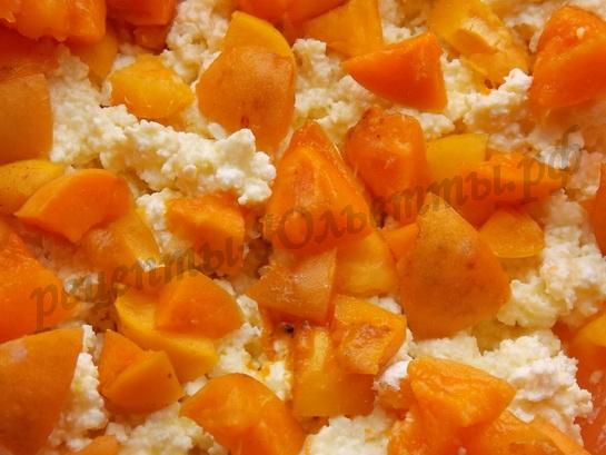 добавляем муку и абрикосы