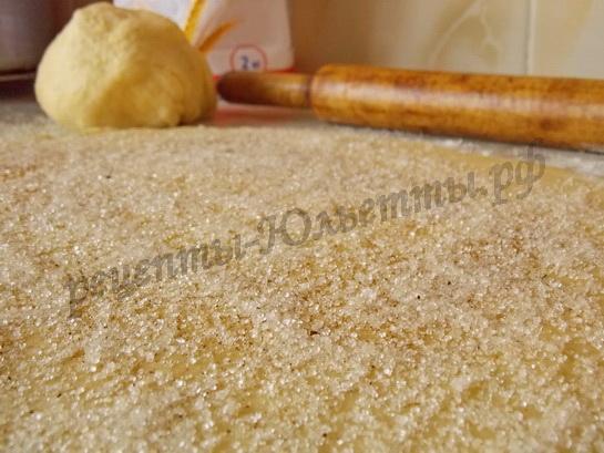 раскатываем тесто в круг и посыпаем сахаром с корицей