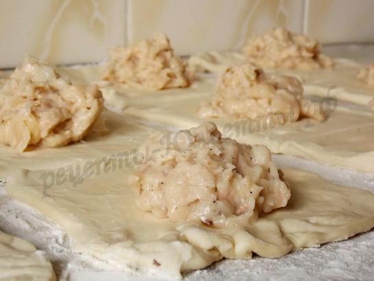 накладываем начинку из фасоли на слоеное тесто