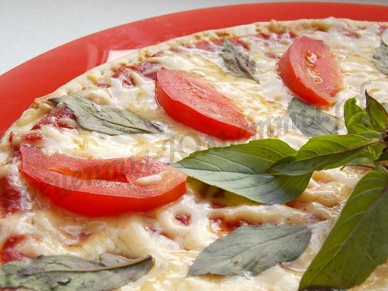 пицца с базиликом, сыром и помидорами