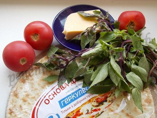 ингредиенты для пиццы с базиликом, сыром и помидорами