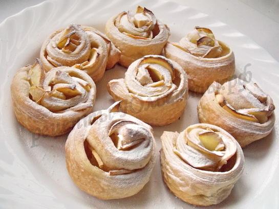 готовые яблочные розочки посыпаем сахарной пудрой