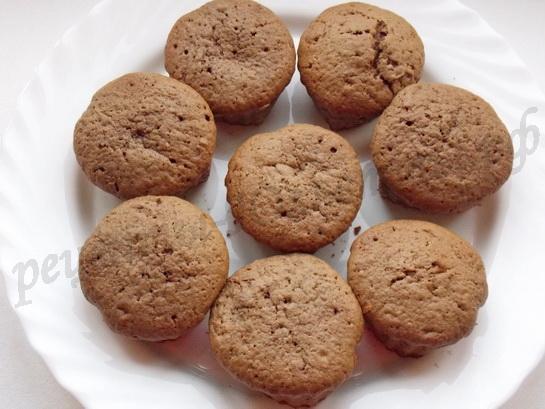 выкладываем кексы на блюдо