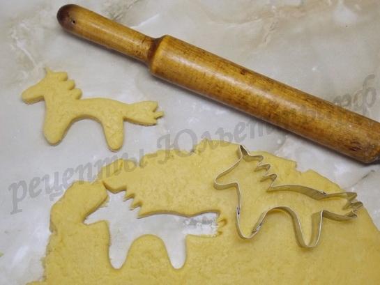 вырезаем формочкой печенье