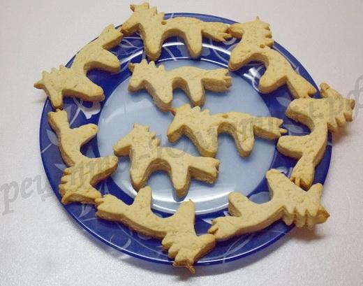 выкладываем печенье на блюдо