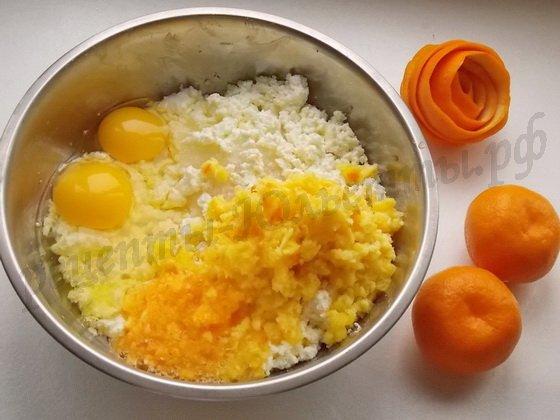 творог, сахар, яйца и перекрученный апельсин соединяем...