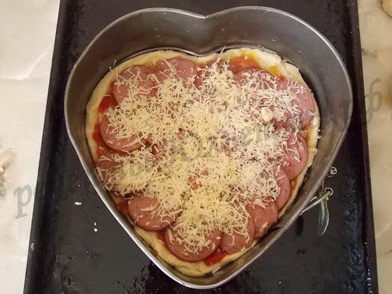 посыпаем пиццу тертым сыром