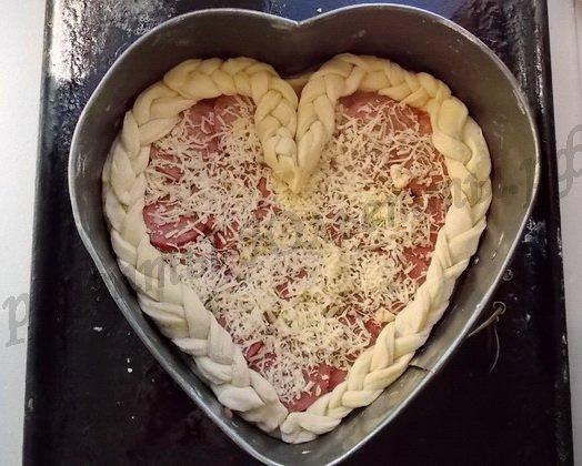 оформляем пиццу косичками из теста