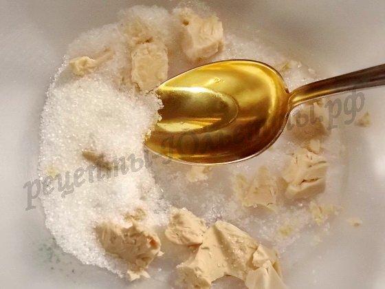 разотрём дрожжи с сахаром