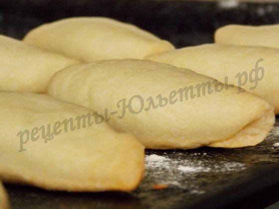 печем слоеные пирожки с луком