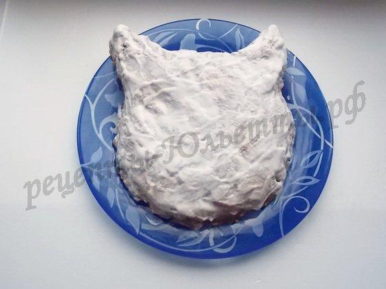 смазываем поверхность торта сметаной
