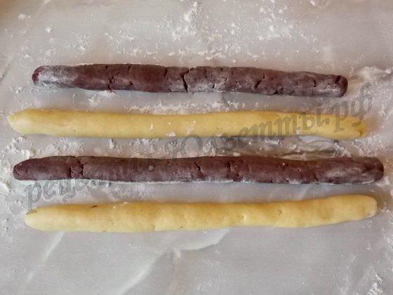 скатываем колбаски из теста