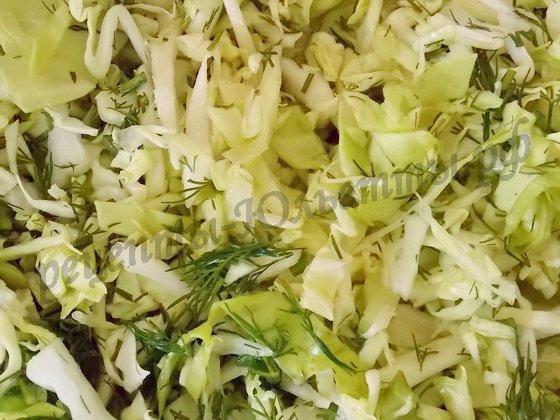 перемешиваем капусту с зеленью