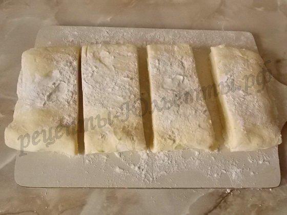 делим слоёное тесто на 4 части