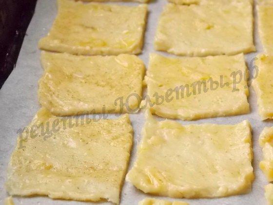 режем сырное тесто на квадраты