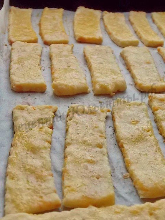 выпекаем сырное печенье до золотистости