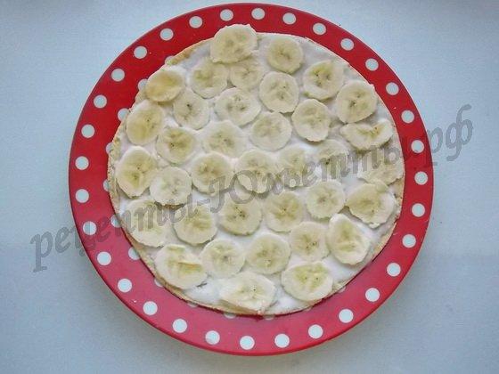 сверху раскладываем банановые кружочки